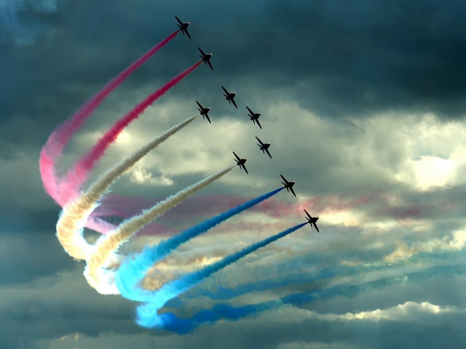 Самолеты рисуют в небе оставляют за