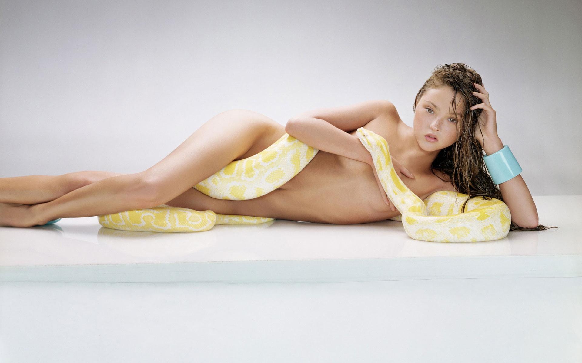 Фото голых девушек со змеями