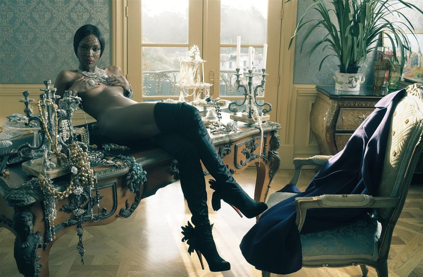 эротические фотографии красивых дам в роскошных апартаментах и спальнях что коридоре
